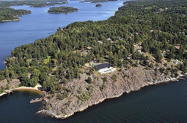 Stunning-Swedish-House-With-Lake-Views-11