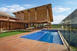 Contemporary one storey mountain retreat in Brazil