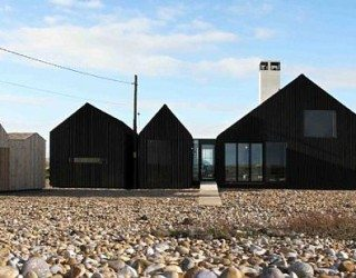 Monolithic Black Cladded Vacation Home in England (Shingle House)
