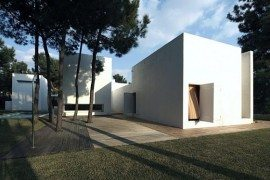 Amazing white house in Troia by Jorge Mealha Arquitecto