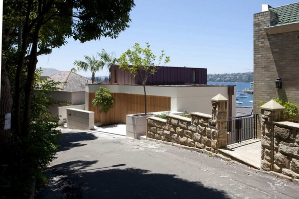Amazing residence built on a slope the point piper house for Houses built on slopes