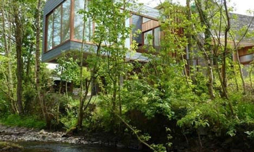 Ty Hedfan – beautiful two wings residence cantilevered over a river