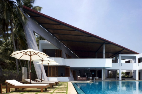 Cliff House Contemporary asymmetrical residence overlooking the Arabian Sea Coast