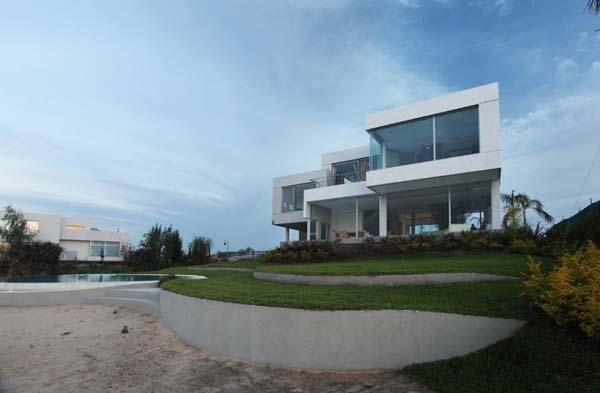 Casa del Cabo by Andr%C3%A9s Remy Arquitectos 2 Exceptionally modern Casa Del Cabo overlooking the lake