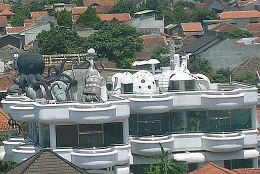 Werid roof building