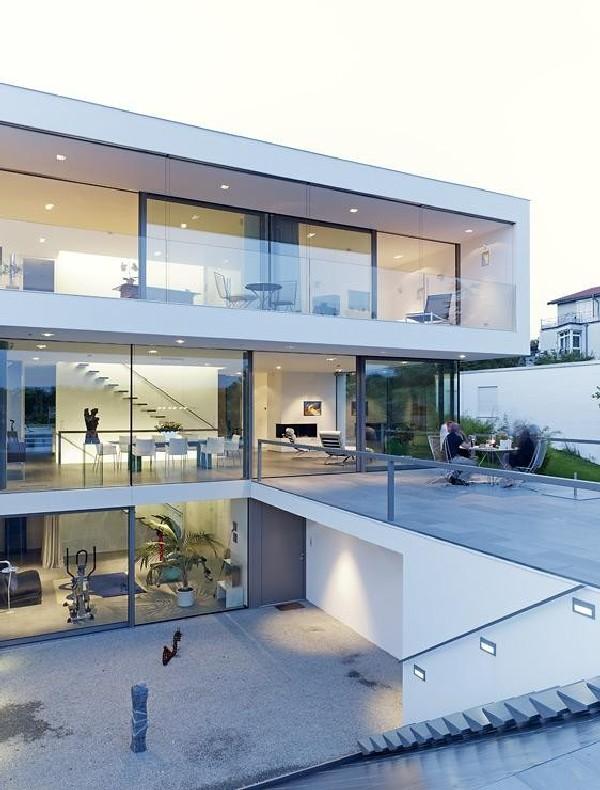 Elegantly displaying a minimalist design puristische villa for Modernes haus hanglage
