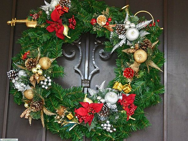 Christmas door decorations decoist for How to decorate apartment door for christmas