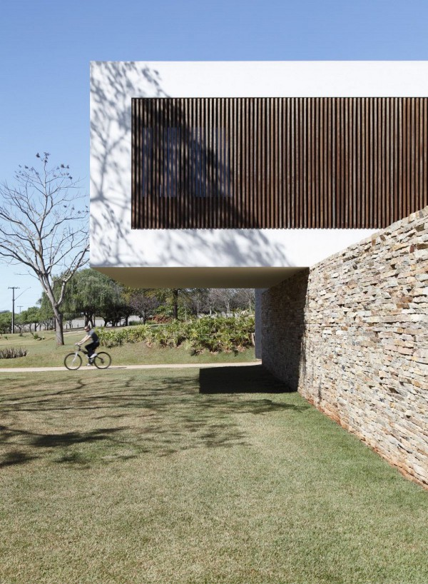 Sn house in parana looks like a floating building - Building river stone walls with mortar sobriety and elegance ...