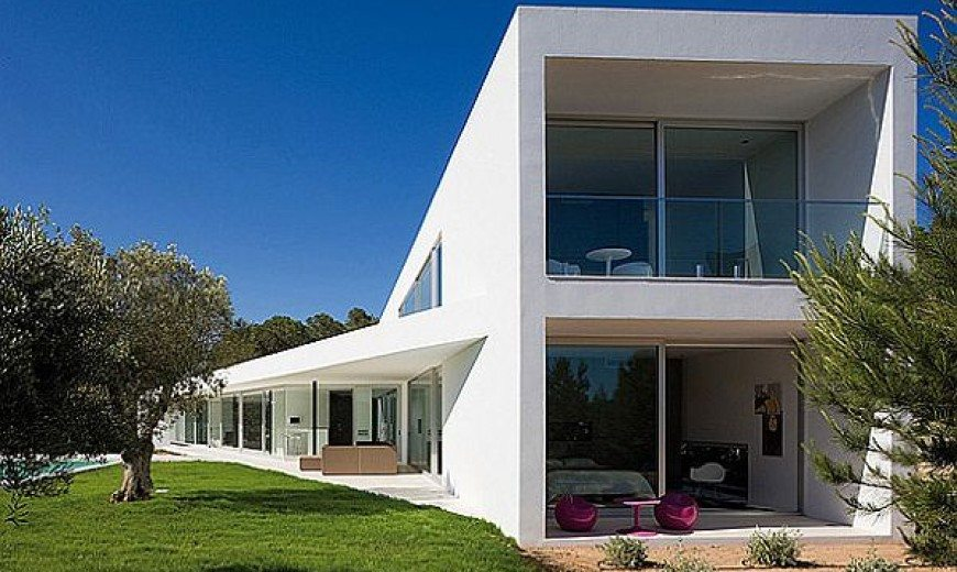 IXOS House is Mesmerizing and Proclaims the Larger than Life Theme