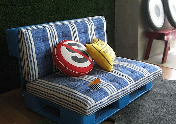 plastic pallet reuse blue sofa Ultimate Pallet Furniture Collection: 58 Unique Ideas