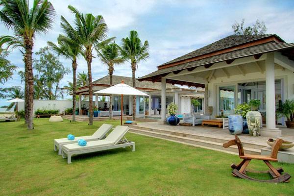 Contemporary Thailand Villa sunbath loungers