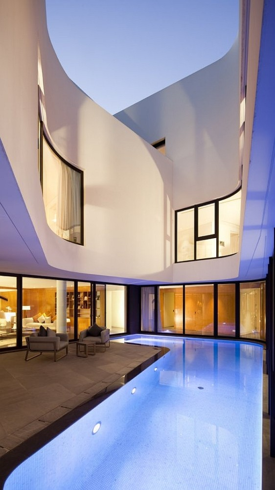 Mop-House-pool-and-glass-walls-562x1000