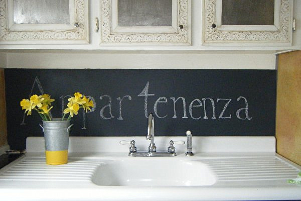 How to paint a chalkboard using chalkboard paint apps - Kitchen chalkboard paint ideas ...