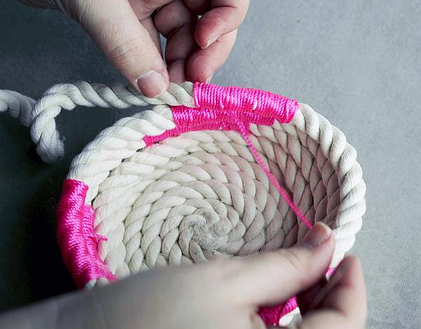 diy chic how to make a coiled rope basket. Black Bedroom Furniture Sets. Home Design Ideas