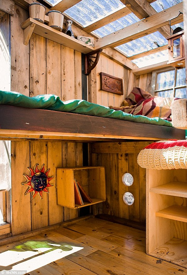 tiny house living 200 microhouses built with scavenged stuff. Black Bedroom Furniture Sets. Home Design Ideas