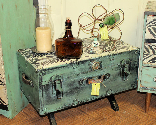 rejuvenated trunk coffee table with appliques Repurposing and Rejuvenating Furniture with Appliqués
