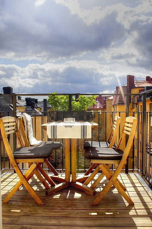 One Bedroom Apartment Stockholm 9 – terrace with small table and chairs