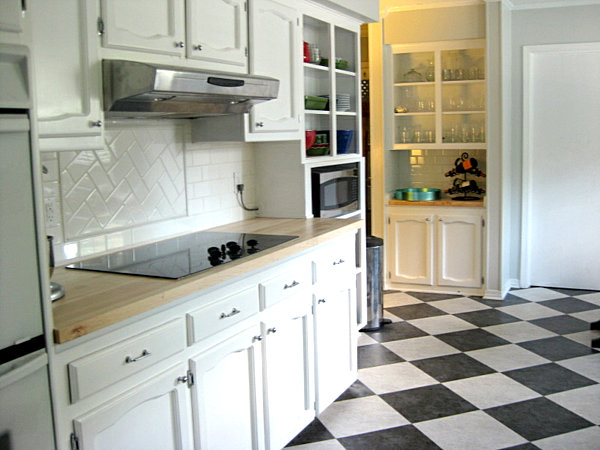 Bistro kitchen decor how to design a bistro kitchen for Black floor tiles for kitchen