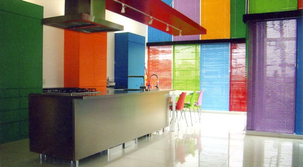 colorful-modern-kitchen-with-rainbow-blinds-600x332