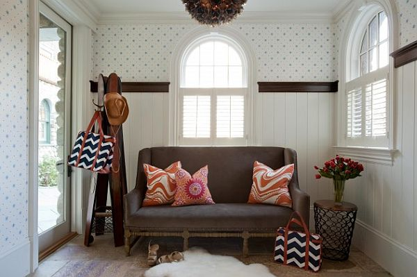 small entrance hall with colorful couch and stylish coat rack