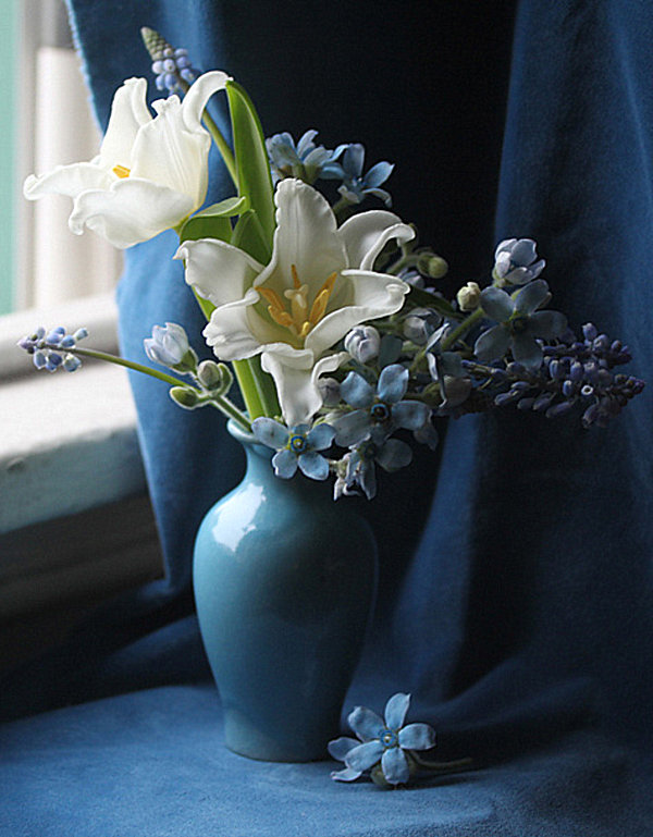 white and blue tulip flower arrangement Decoist : white and blue tulip flower arrangement from decoist.com size 600 x 769 jpeg 106kB