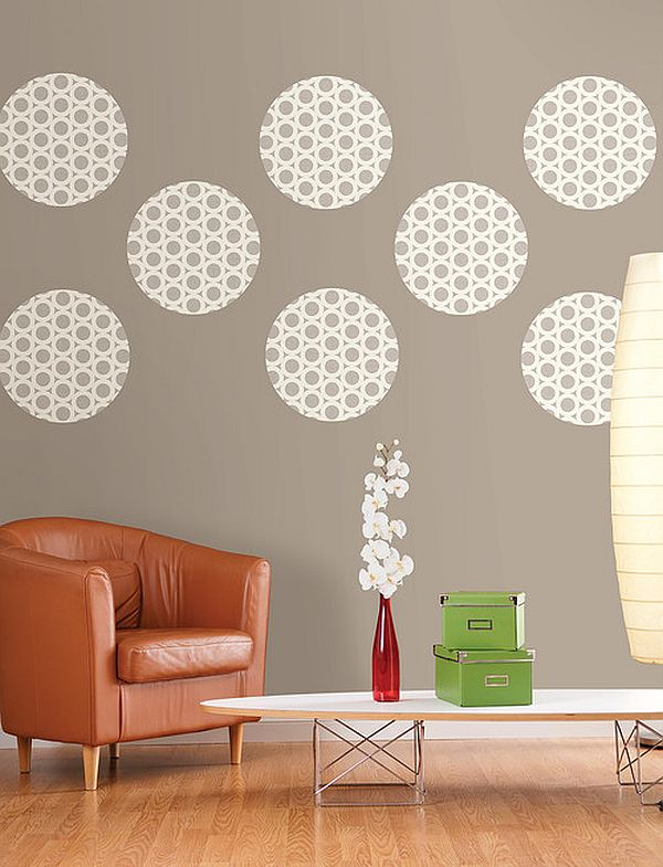 Diy living room wall decor idea with polka dots decoist for Dots design apartment 8