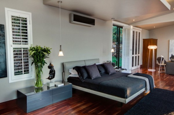 South-African-House-Remodeling-white-walls-bedroom-with-wooden-flooring-600x399