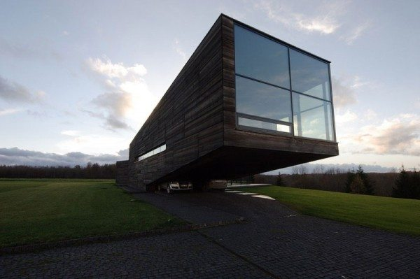 Utriai Residence cantilevered home 1 600x399 Utriai Residence: Cantilevered home looks like a ship on the waves!