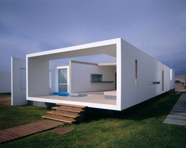beach house box like walls 600x477 Boxed delight: Rectangular Beach House in Peru catches eye with sleek contemporary design
