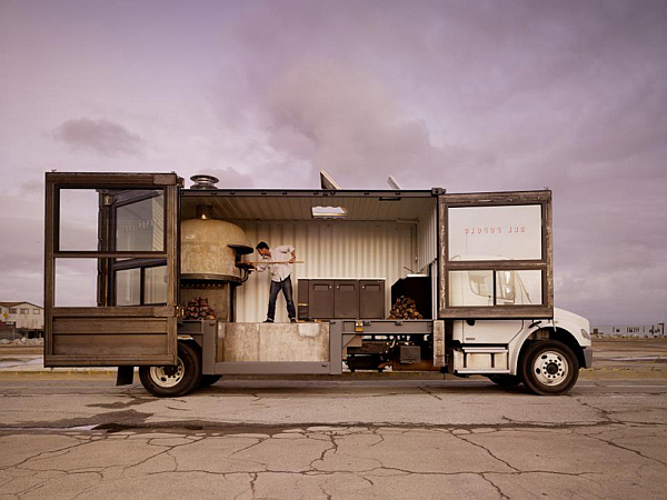 del popolo mobile pizzeria truck 1 Repurposed Shipping Container Turns Into Vibrant Pizza House on Wheels