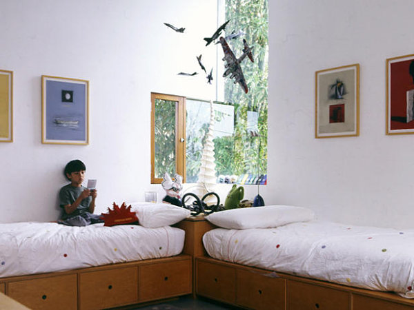 Kid spaces 20 shared bedroom ideas for Small room with two beds