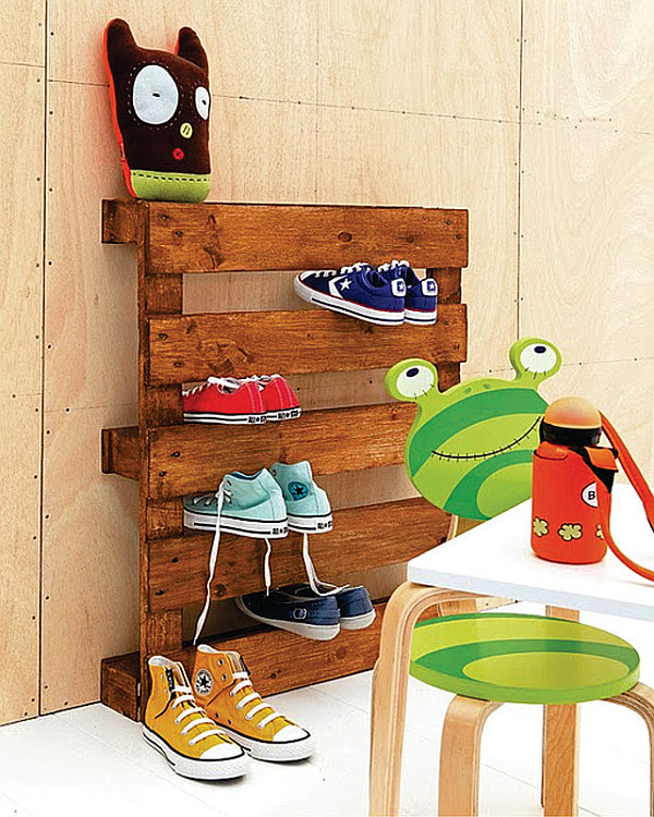 Shipping pallet for shoe storage