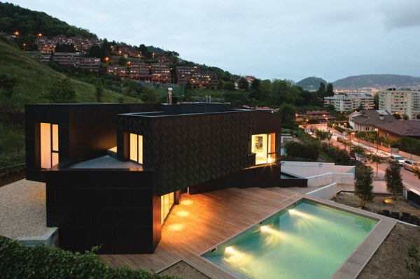 A-modular-home-with-a-pool-side-setting