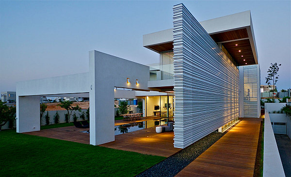 Contemporary Home in Caesarea 1 Contemporary House in Israel Dazzles with Glass and Metal Magic!