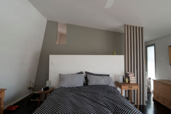 Ergonomic-modern-master-bedroom-with-lofty-ceilings