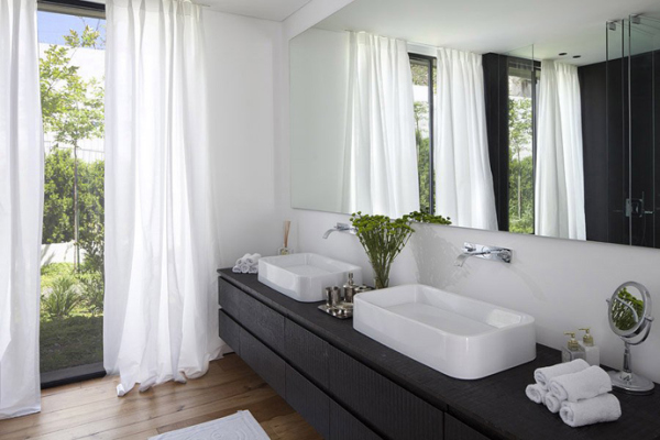 Glass Private House – black and white stylish bathroom