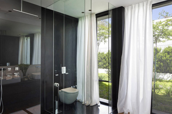Glass Private House – black walls in the bathroom