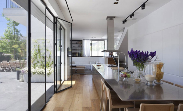 Gorgeous Glass House Connects With Its Surroundings Creating A