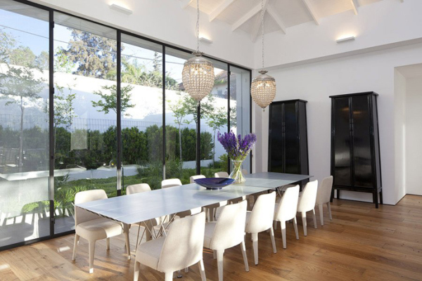 Gorgeous glass house connects with its surroundings for Grande table a manger