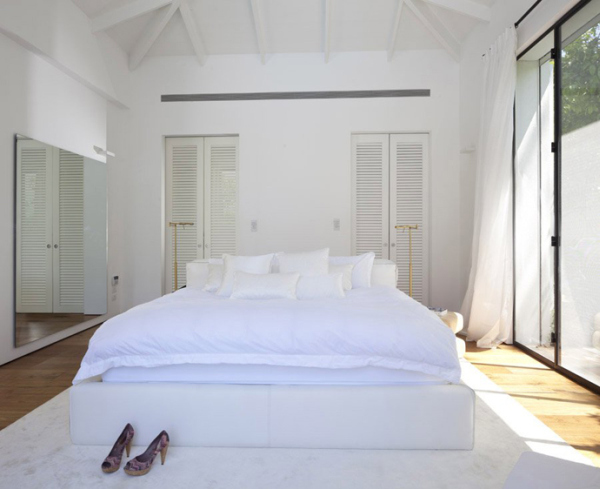 Glass Private House – white bedroom