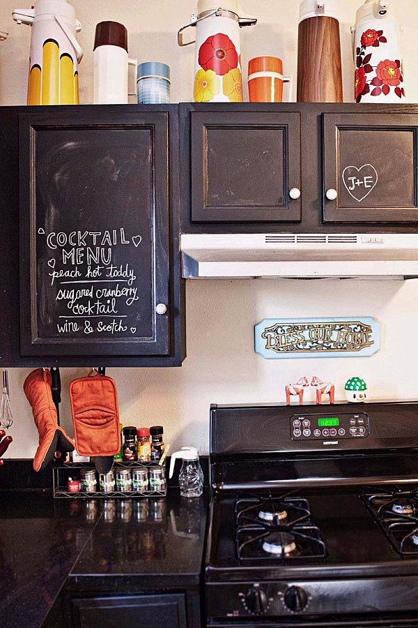 12 creative kitchen cabinet ideas for Chalkboard paint kitchen cabinets