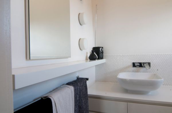 Modern-bathroom-in-nuetral-white