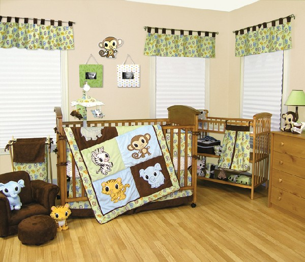 Colorful baby bedding for boys with an animal theme