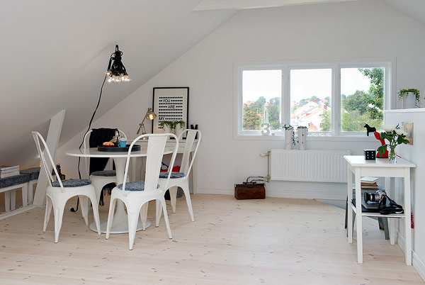 Small Attic apartment – round dining table with white chairs