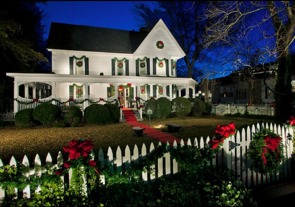 Outdoor festive holiday decor for your home - Christmas decorating exterior house ...