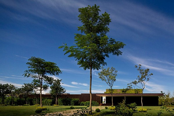 green scenery contemporary home design Casa HS: Prolific contemporary home sits proudly inside a Brazilian Golf Course