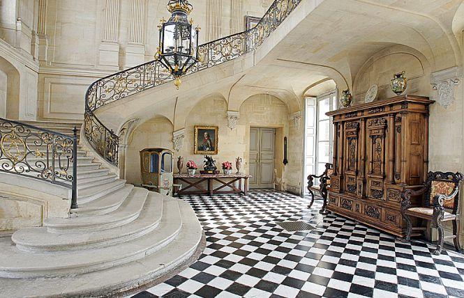 Dazzling james bond houses that define elegance for Interieur maison de luxe