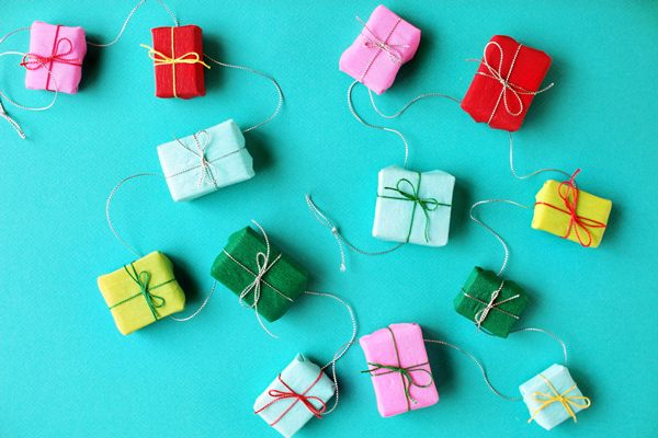 Christmas-present-garland