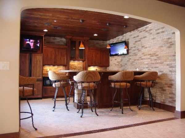 Compact home bar with cozy seating options decoist - Stylish home bar ideas ...