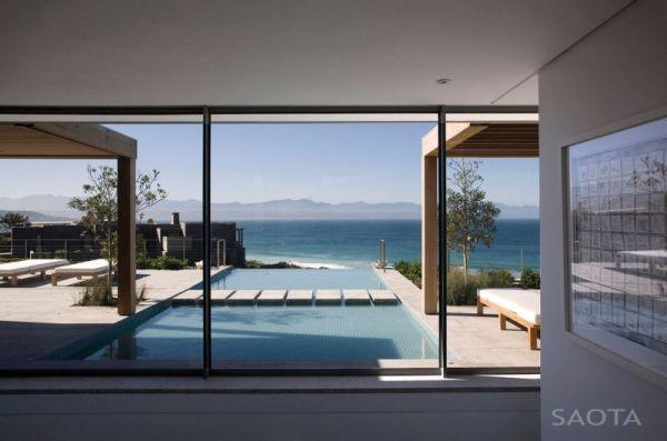 Infinity pool that looks beyond the horizon